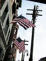 amerikanska flaggor som hänger från en byggnad foto
