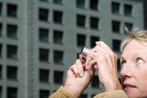 kvinna tar ett fotografi foto