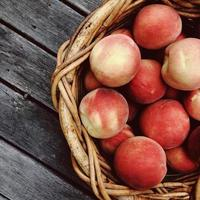 korg med persikor foto
