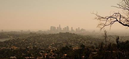 utsikt över downtown los angeles på en smog fylld dag foto