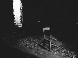 mörk trasig stol foto