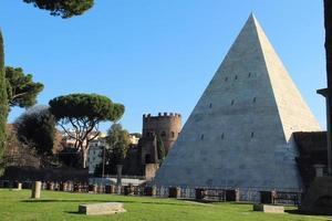 pyramid of cestius foto