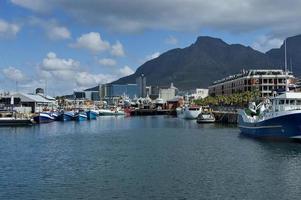 Kapstadens hamnområde - vid vattnet. bord berg, djävulens topp foto