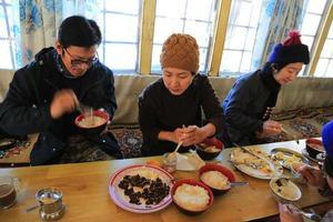 trekker vila för stugan mat från Everest trekvägen foto