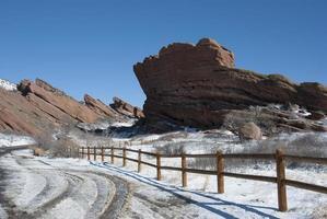 röda stenar parkerar colorado på vintern foto
