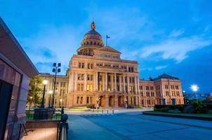 texas state capitol building in austin, tx. vid skymningen foto