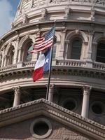 texas capitol dome med flaggor foto
