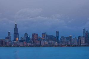 chicago i skymningen foto