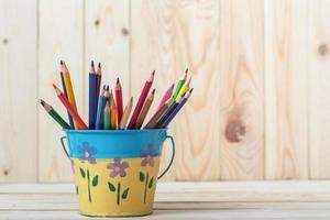 färgglada pennor isolerad på bakgrunden. foto
