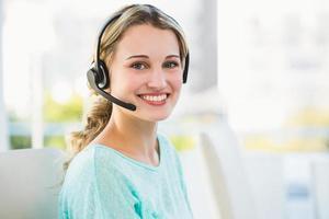 porträtt av en leende kreativ affärskvinna med hörlurar foto