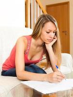 kvinnlig student som studerar anteckningar och dokument foto