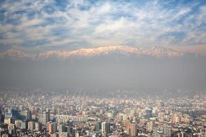 Anderna bergen tornar över santiago, Chile foto
