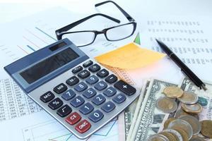 kontorsmaterial med pengar och dokument på nära håll foto