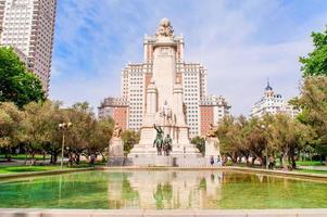 cervantes monument, madrid, spanien