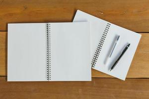 penna, penna och anteckningsblock. platt låg stil foto