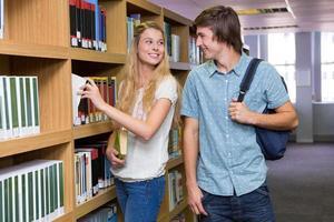 studenter som diskuterar i biblioteket foto
