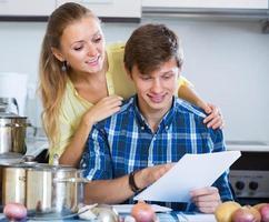 lyckliga par fylla formulär för gemensam bank foto