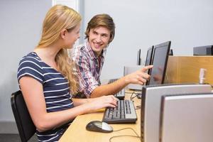 studenter som arbetar tillsammans på datorn foto