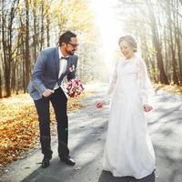 bröllop sommar par tillsammans poserar. foto