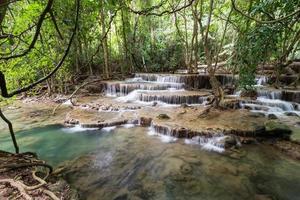 trevligt vattenfall i Thailand foto