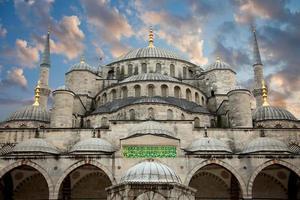 blå moské från gården mot vacker himmel, istanbul foto