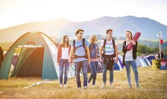 vackra tonåringar på sommarfestivalen foto