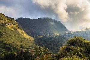 bergstopp och regnar dimma blå himmel foto
