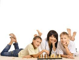 familjen spelar schack foto