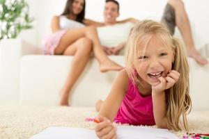 lycklig familj hemma