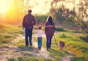 familj som går med hund foto