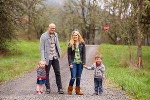 familjeporträtt av fyra utomhus foto