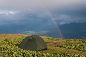 tält och regnbåge foto