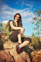 flicka vandring i vackra berg foto