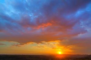 molnig solnedgång foto