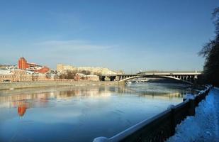 Moskva flod och strandpromenad, Ryssland foto