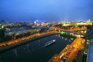 Moskva på natten. utsikt över kreml foto