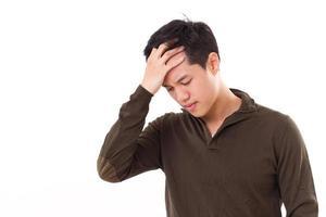 sjuk, stressad man lider av huvudvärkssmärta foto