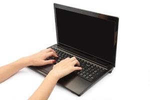 kvinnliga händer tryck på den bärbara datorn foto