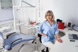 tandläkarkontorinre med kvinnlig läkare foto