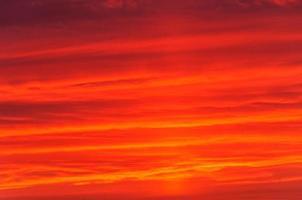 brightred dramatisk solnedgång foto