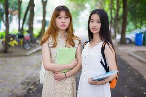 asiatiska kvinnliga högskolestudenter