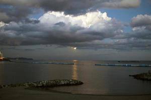 måne och solnedgång foto
