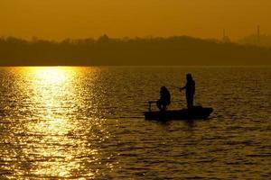 fiske vid solnedgången foto