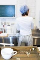 kvinnlig kafépersonal som tvättar disk foto