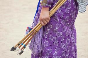 mongoliska kvinnliga bågskytte under naadamspel foto