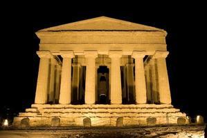 dorisk tempel för concordia i agrigento (nattlig scen) foto