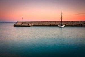 båt i mikrolimano marina, athens. foto
