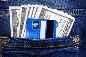 pengar i fickan på jeans foto