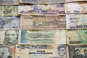 utländska pengar, pengesedlar från flera asiatiska sydamerikanska länder foto