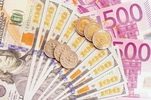 europeiska och amerikanska pengar.